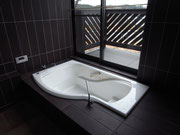 4.5帖の浴室 バルコニーの花を見ながら半身浴も楽しめます