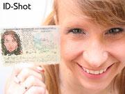 Id-Shot - Pralax Model mit Personalausweis neben dem Gesicht