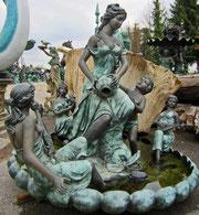 Brunnen - Frau mit Krug, Musikantinnen und Bub