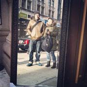 街中で見つけた大きな鏡に映った私達