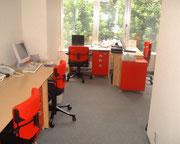 最初のオフィス、赤坂小学校の正面