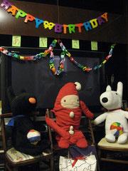 家族で娘の10歳の誕生会、リビングのディスプレイ