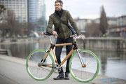 Zufriedener Kunde mit Bambus-Bike