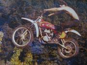 1976: Mädels vergesst es! Dieser Kerl ist bereits glücklichst vergeben. Joe beim Probefahren nach einer Bultaco Pursang eines Freundes. Image: Archiv Joe.