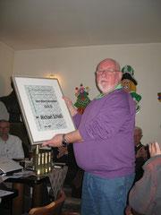 Michael Schieß m. Urkunde zur Verdienstnadel in Gold aus 2011