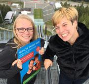 Michelle Reichel (l.) aus Krumhermersdorf und Radiomoderatorin Elena Pelzer auf der Vogtlandschanze. Foto: MDR / Enrico Pohl