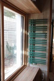 (設計/みっつデザイン研究所)PS電気ヒーター 窓からの冷気を防ぐ。既存サッシのガラスを真空ペアガラスに変えて、さらに内側に木製建具をいれた断熱改修
