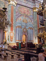 主催壇右側の壁画