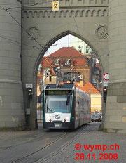 Ein Combino bei der Durchfahrt unter dem Nauener Tor.