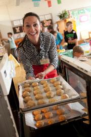 Kärntner Seminarbäuerin beim Brotbacken