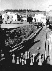 Кегельбан в лагере у бараков