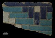 Fragment de carreau de céramique à décor géométrique blanc et bleu provenant de Dorut Tulavat, XIVème s ap J.C, Musée de Shahrisabz (C.Ollagnier, 2008)