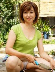 去年12月発売作品「母の趣味~園芸をする母・・~」より。