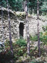 """cabotte aménagée dans une terrasse du site clunisien des """"puits à terre"""""""