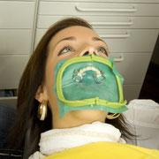 Kofferdam (Gummispanntuch) zum Schutz vor Bakterien (© Christoph Haehnel - Fotolia.com)