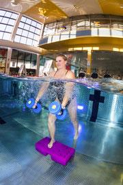 AquaStep ist ein echter Allrounder. Das Workout verbrennt Kalorien, stärkt das Herz-Kreislauf-System und fördert Haltung, Balance und Koordination – ein tolles Training für den gesamten Körper!