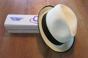 Panamahut mit schwarzem Rand und Balsaholz-Schachtel