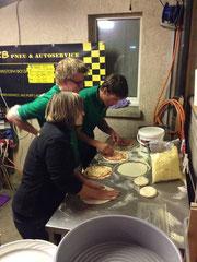 01:41 Uhr - Schlussspurt auf pizzaianisch mit spontaner Unterstützung einer Gästin