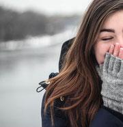 Frau lacht sich schlapp (Foto: Pexels.com)