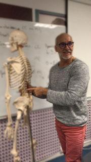 Les cours d'anatomie Physiologie Damalis avec Oscar le squelette redoublant de toute les promotions