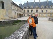 Bussy, le château et 2 visiteurs