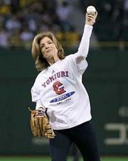 ケネディ駐日大使が始球式を行いました。