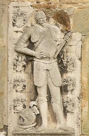 Steinrelief Heinrich von Cramm an der Kapelle in Oelber am weißen Wege  Foto:AxelHH