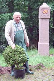 Eugen bei seiner Lieblingsbeschäftigung, der Pflege von Kleindenkmalen