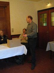 Ullrich Schneemann im Gespräch mit Zuchtfreunden
