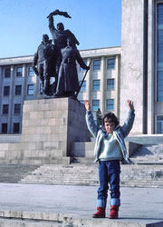 Bucarest de Ceaucescu en 1984 (bâtiments mussoliniens et statue soviétique)