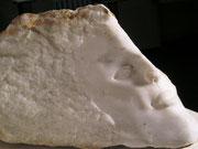 Fragment einer Göttin /  Marmor, Dreieckiger Marmorblock, vorn Gesichtszüge, hinten natürlich belassen