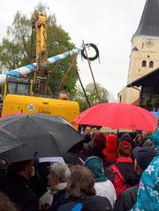 Maibaumaufstellung durch Taufkirchens Burschenverein - Foto: Elke Schubauer