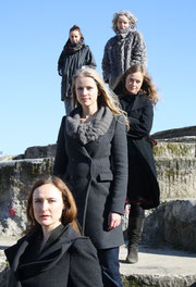 Auf dem Ankündigungsbild zu der Inszenierung 'Atropa' sind die Frauen des Ensembles zu sehen.