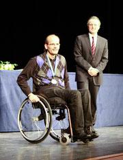 Erhielt aus den Händen von Backnangs Oberbürgermeister Dr. Frank Nopper die Sportmedaille in Silber: Tai Volkmer (Foto: A.Becher)