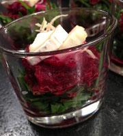 DELICE Rote Beete-Meerrettich-Salat auf Rucola mit Walnussöl und Bergziegenkäse