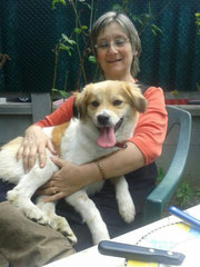 XENA y su adoptante, ambas felices.