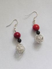 Ohrringe aus Schaumkoralle Perlen und Silberbälle.Diese sind aus Silberdraht hergestellt.