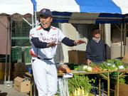 農産物販売を手伝うギャオス内藤さん。