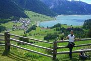Yoga in den Bergen am Reschenpass in Südtirol: der Reschensee immer ganz nah
