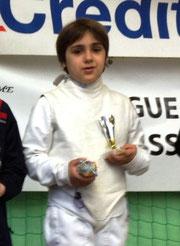 Lucas pose avec sa coupe lors de la remise des récompenses