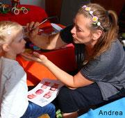 Andrea Gaal beim Kinderschminken