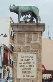 Monumento conmemorativo de su origen romano en Mérida. © Lupe Rangel