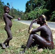 Un niño y un hombre jarawa al lado de la carretera Andamán Trunk Road. © Salomé. Survival Internacional