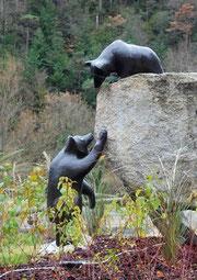 Des oursons sur le rondpoint de la D117 à Axat/Aude
