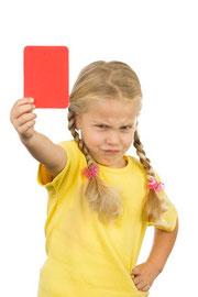 Mädchen ärgerlich mit roter Karte