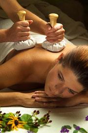 Kräuterstempel Massage im Kosmetikstudio Magdeburg