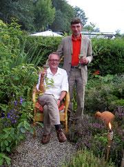 Arne & Daniel im Garten, wo das ein oder andere Kraut als Zutat für unsere Speisen gedeiht.