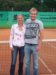 Insgesamt fünf Tennis-Stadtmeister-Titel vereint auf einem Foto: Nicole Hackspiel (TVA) war erfolgreich bei den Frauen (A/B/30A im Einzel, Doppel und Mixed), Stefan Ostheimer (TVA) bei den Männern (A/30A, Doppel).