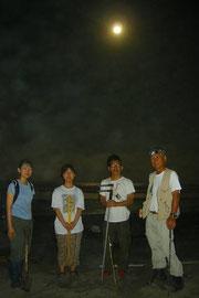 月が照らす浜で記念撮影