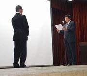 南大阪支店の無事故達成会社の代表者に感謝状を贈る千原社長